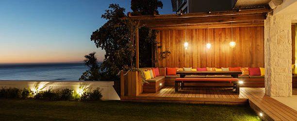 Jardin et terrasse éclairés par des luminaires extérieurs