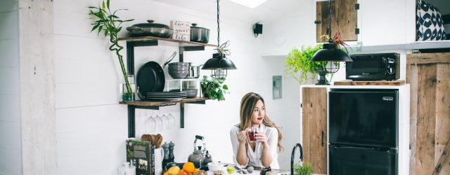 Femme dans sa cuisine bien décorée