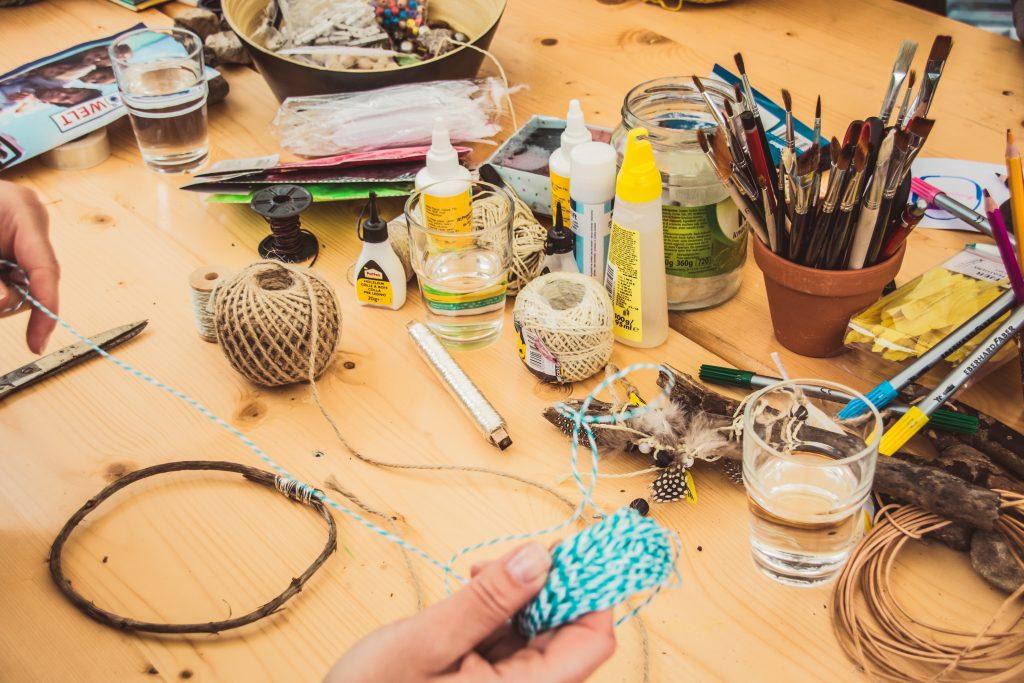 Un table avec du materiel pour faire du DIY