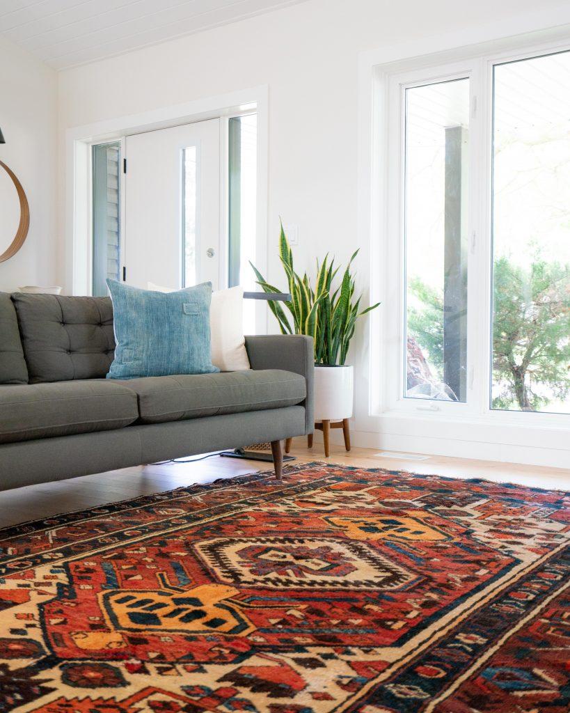 Un salon avec un joli tapis graphique au sol