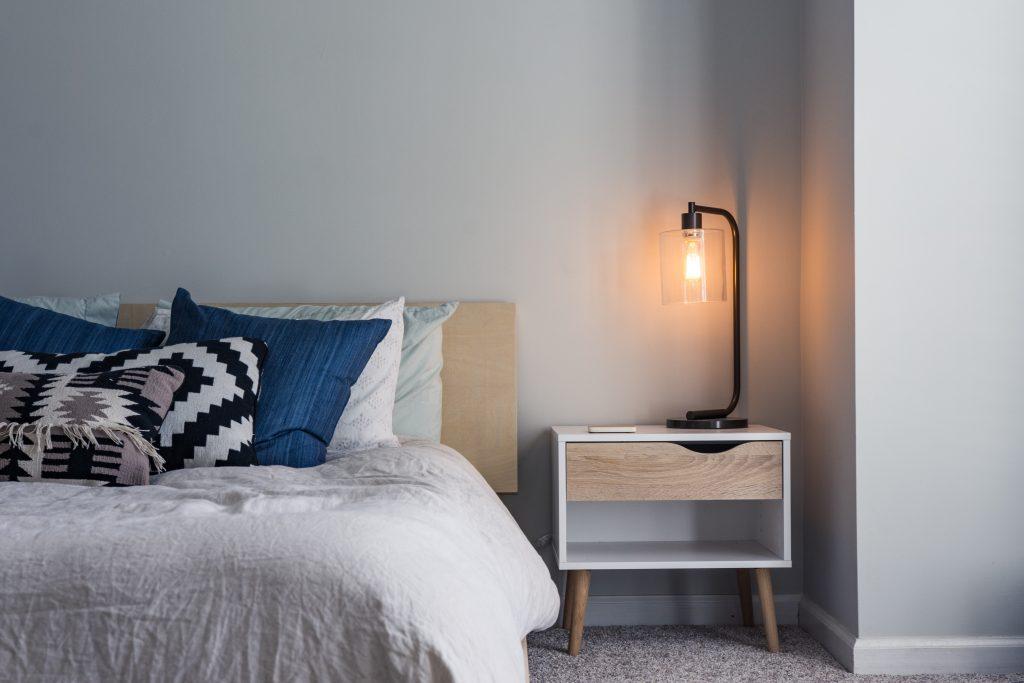 éclairage d'une lampe dans une pièce avec un lit
