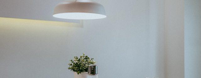 lampe qui éclaire une table de cuisine