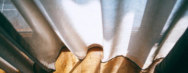 Rideaux en lin sur parquet
