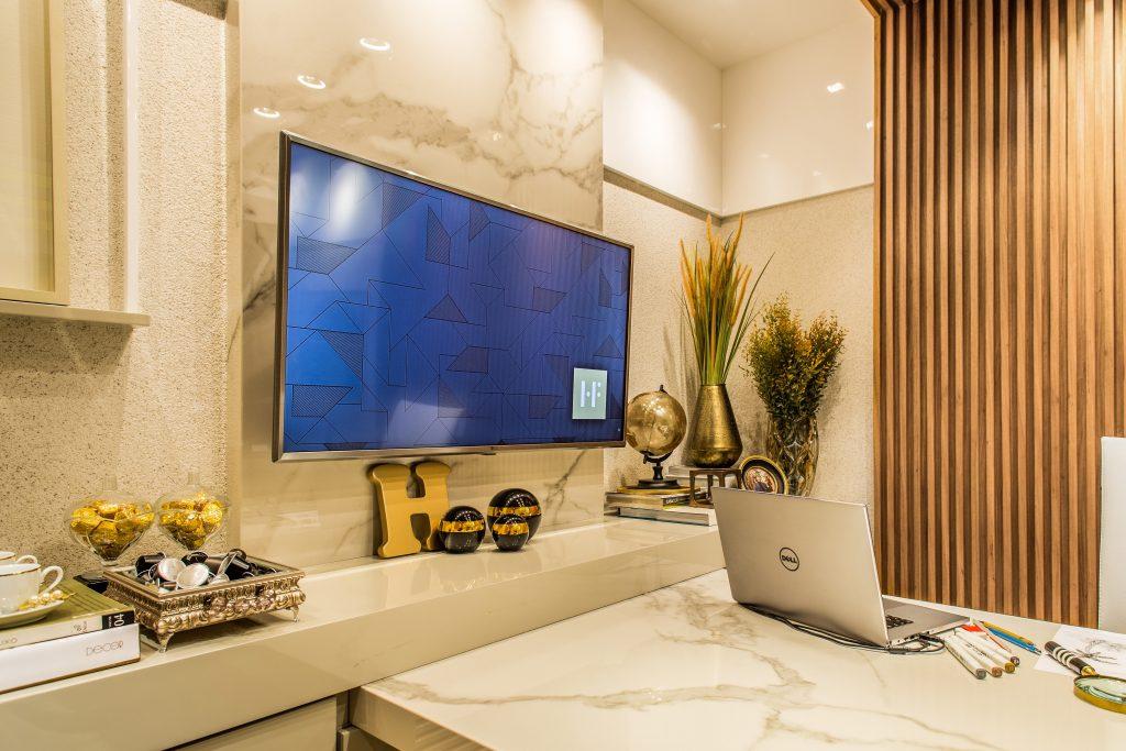 éclairage de pièce dans un bureau avec un ordinateur