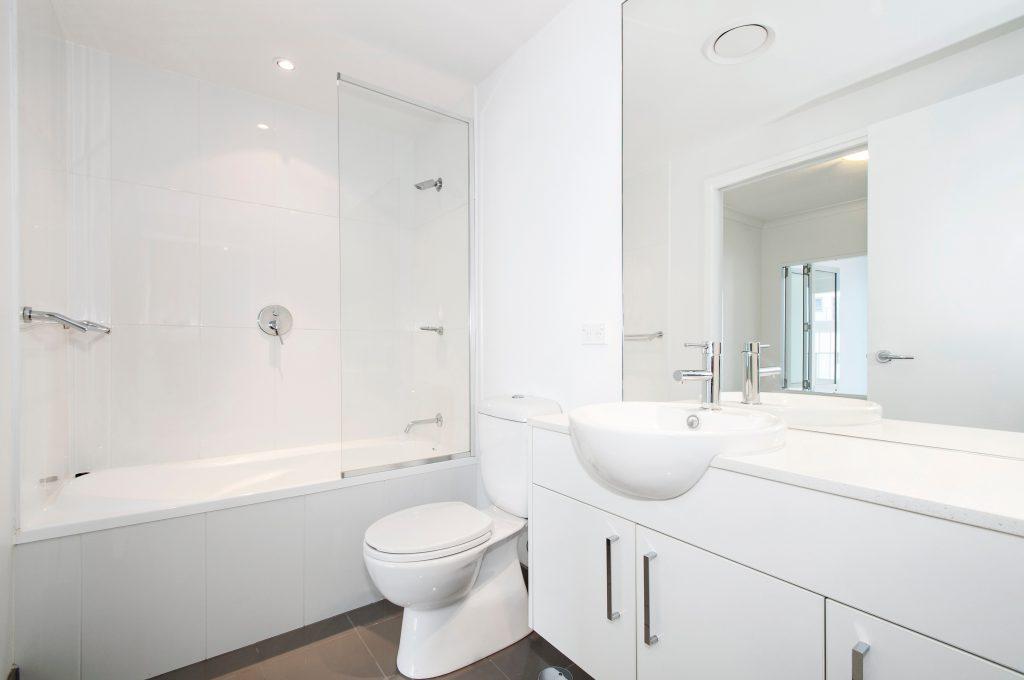 éclairage de pièce dans une salle de bain