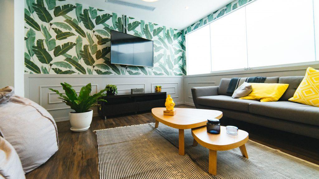 Salon avec télé au mur et papier peint