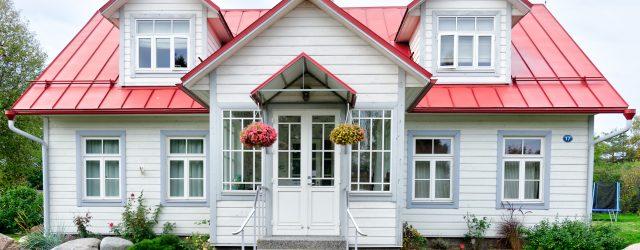 Une jolie maison blanche et rouge