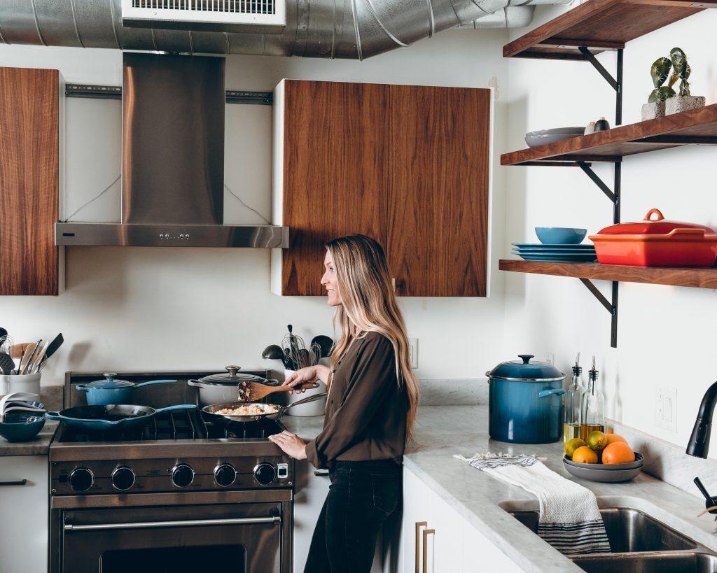 Une jeune femme dans une cuisine